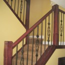 アイアン製の手すりとカーペット敷きの階段