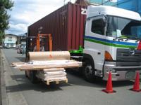 日本での荷降ろし作業